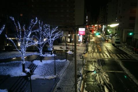 新宿南口近くのマインズタワー前
