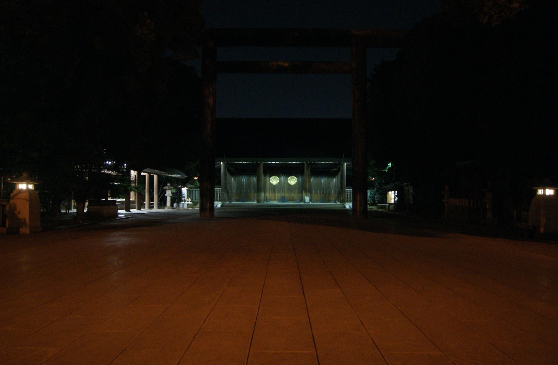 いつの頃からか、毎年終戦記念日の前後には、靖国神社に行くようにしています。テレビの戦争ドラマなんかでは、蝉が煩く泣いている暑い夏の日の午後、古めかしい真空管ラヂオから流れる